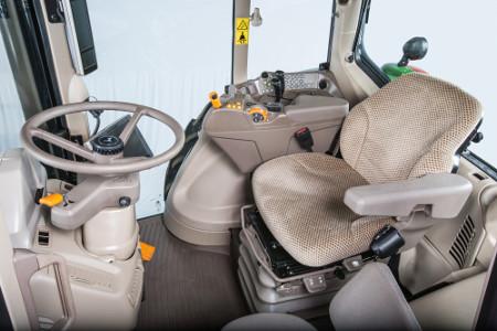 Cabina del modelo 6M con consola CommandARM™ compacta y pantalla del poste derecho