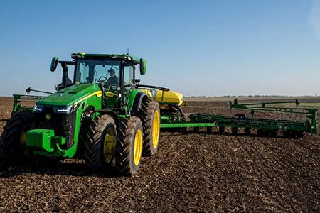 Tracteur7290R tractant un semoir1795