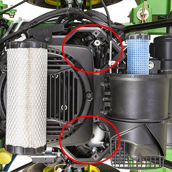 Caches de l'orifice de nettoyage et du filtre à air du moteur déposés, modèle W61R illustré