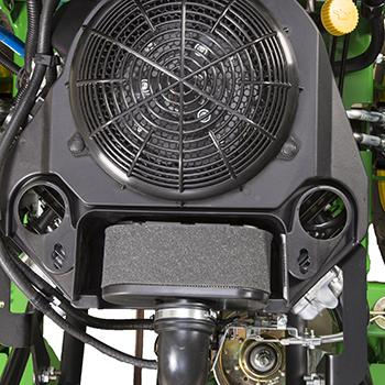 Couvercle déposé pour accéder au filtre à air et aux orifices de nettoyage du moteur