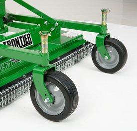 Les quatre roues pivotantes suivent les dénivellations du sol.