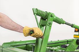 Utilisez la manivelle pour mettre l'outil de labourage à niveau