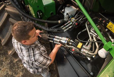 Connecter tous les branchements hydrauliques et électriques