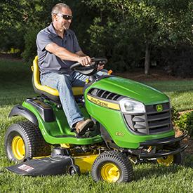 Tracteur E160 doté d'un système de coupe Edge™ de 122 cm (48 po)