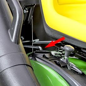 Le sac récupérateur d'herbe arrière est installé au moyen des points de fixation CargO Mount