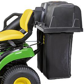 Le sac récupérateur d'herbe arrière est installé au moyen des points de fixation CargO Mount™