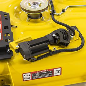 Actionneur électrique de MulchControl™ avec bouton de commande (illustré sur un corps de tondeuse42A)