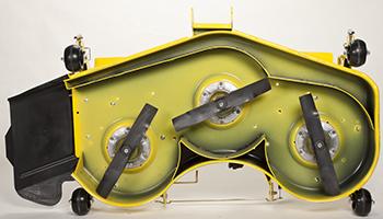Vue du dessous du corps de tondeuse de grande capacité de 137cm (54po)