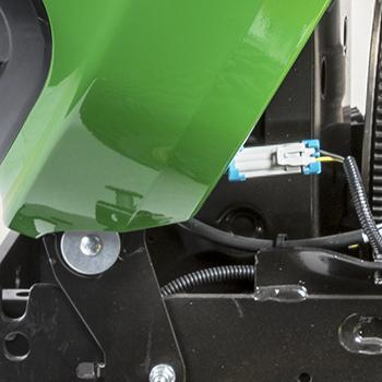 Pivot de capot et connecteur de câblage