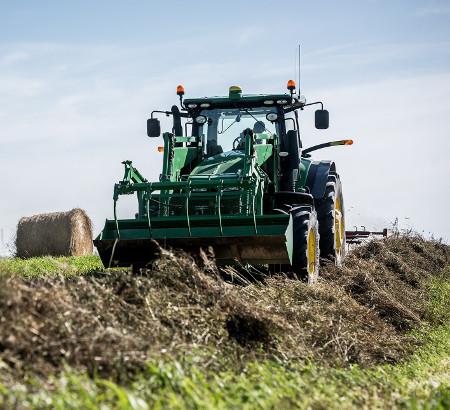 Tracteur équipé d'une benne robuste avec pince