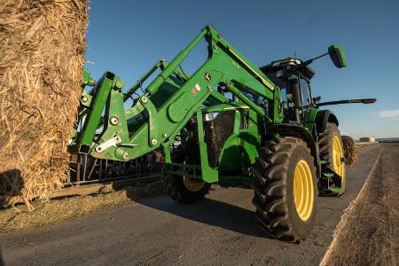 Chargeur frontal700M fonctionnant avec un tracteur7R210