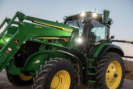 Chargeur frontal700M équipé de conduites d'huile dissimulées sur le tracteur7R210