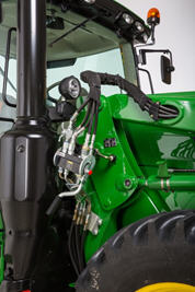 Raccord hydraulique à point unique avec des conduites rigides sur un tracteur à gros châssis conforme à la catégorie finale4 (FT4) de la série6R