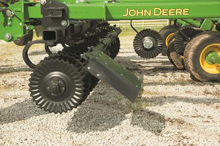 Le déflecteur de sol maintien le sol et les résidus dans le profilé