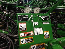 Commandes hydrauliques pour le réglage de la force de déclenchement et la pression de tassement sur les modèles de 12,2m (40pi) et 17m (56pi). Le 1870 de 23,2m (76pi) possède la technologie TruSet™ pour la commande de la profondeur