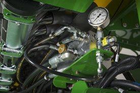 La pression hydraulique peut être réglée grâce à un bloc de vannes situé sous le réservoir CCS