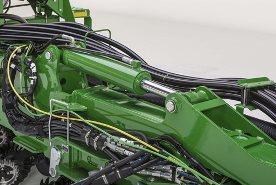 Vérin hydraulique monté sur les ailes du semoir de précision pour répartir le poids du châssis