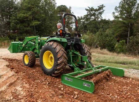 Tracteur 4066M pour gros travaux avec chargeur440R et aplanisseur à terrainFrontier™