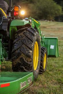 Tracteur 4052M pour gros travaux avec faucheuse rotative et chargeur frontal
