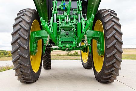 Tracteur6120EH muni d'un attelage trois points et barres stabilisatrices