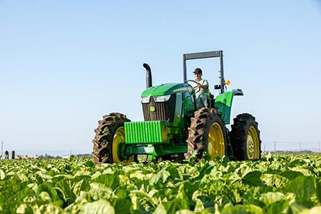 Tracteur 6EH fonctionnant au champ