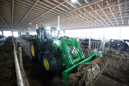 Tracteur6110M et chargeur600R avec ensemble de projecteurs à DEL