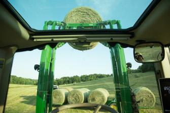 Visibilité du chargeur600R à travers le toit panoramique du tracteur6120M