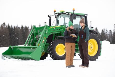 Tracteur6120M de JohnDeere avec récepteur StarFire™6000 et tablette équipée du systèmeJDLink
