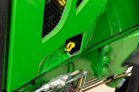 Nouvel emplacement de la jauge graduée d'huile sur les tracteurs6110M à 6120M