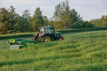 Tracteur6155M de JohnDeere avec faucheuse-conditionneuse835 équipée d'un récepteur StarFire6000 et du systèmeJDLink