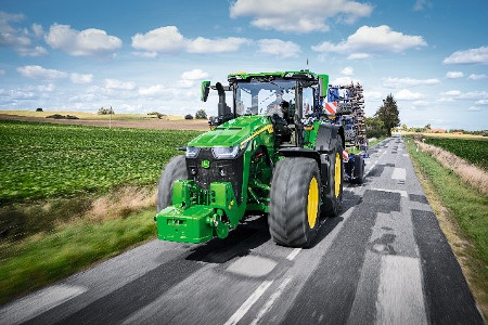 Tracteur 8R en transport