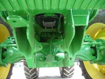 Bâti et conduites hydrauliques du tracteur de la série7R prêts à recevoir un attelage avant