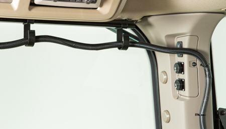Crochet d'acheminement de faisceauR562310 (représenté monté sur le rail de garniture de toitR558980 et utilisant les dispositifs de retenue du montant arrière droit)