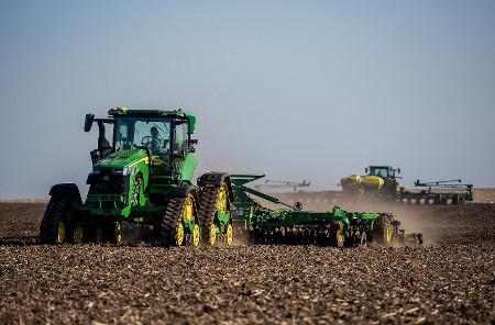 Tracteurs 8RX et 8R dans le champ