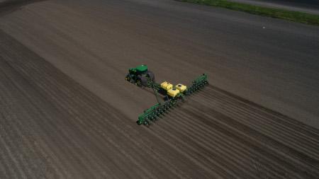 Réservoirs de tracteur 8RX ExactRateMC et semoir de précision 24R30