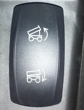 L'interrupteur à montage sur tableau de bord rétro-éclairé facilite l'opération