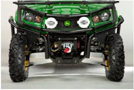 Illustré sur le modèle Gator™ XUV550 avec grille de protection avant en option et projecteurs de performance HELLA®