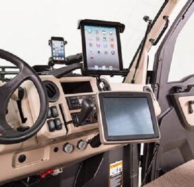 Console GreenStar™ installée sur le modèleXUV835R avec supports de téléphone portable et de tablette en option