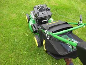 Das Grasaufnahmesystem aus Stoff bleibt an der Maschine, selbst beim versehentlichen Anstoßen oder beim Fahren über Stufen (gezeigte Version ist für die Serie Select)