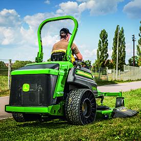 Z997R abgebildet mit 7-Iron™ PRO-Mähwerk mit 183 cm und Seitenauswurf