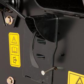 Schleppkupplungshebel an Heckplatte des Traktors