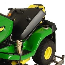 Der Grasfangbehälter wird zum effizienten Transport in den Traktor gelegt