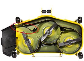 Fangklappe von MulchControl geöffnet (137 cm Mähwerk abgebildet)