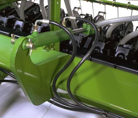 Mithilfe von Zylindern zum Heben und Senken auf die Furchenzieher aufgebrachter hydraulischer Anpressdruck