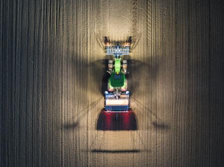360° Ausleuchtung mit bis zu 12 ins Kabinendach integrierten Scheinwerfern.
