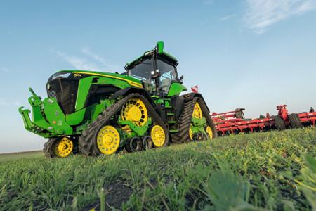 Der 8RX schont den Boden beim Ziehen großer Anbaugeräte bestmöglich