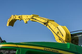 HarvestLab™ 3000 montado sobre el tubo de descarga de una cosechadora de forraje autopropulsada John Deere serie 8000