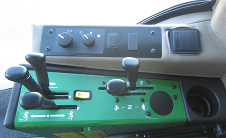 Mandos incluyendo las palancas del conjunto hidráulico auxiliar de dos correderas (se muestra el modelo 1585)