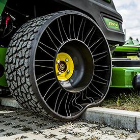 Neumático trasero a prueba de pinchaduras en la segadora ZTrak™