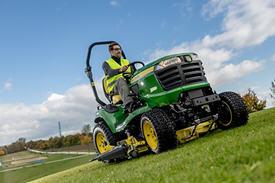 Tractor X949 en funcionamiento con plataforma de corte HC de 137 cm (54 in)